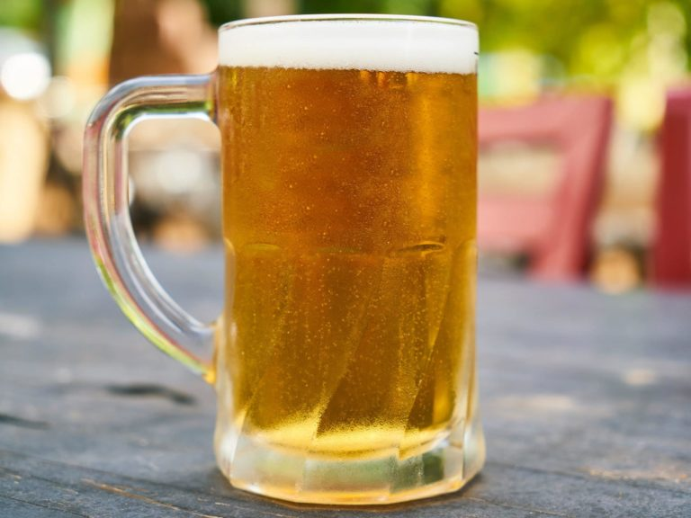 beer-filled-mug-on-table-1552630